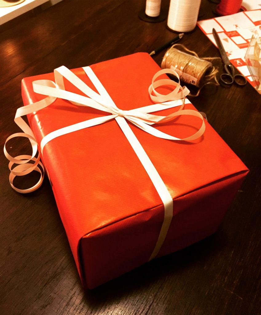 Tejplös inslagning av julklapp. Tapelessly wrapped Christmas gift.